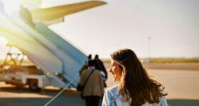Taksówka czy pociąg – czym najszybciej na lotnisko